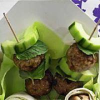 Fleischklößchen-Gurken-Spieße mit Minze-Joghurt