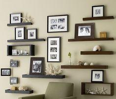 Хорошее решение создать оптимальную атмосферу в комнате за счет размещения рамок и полок в ней.