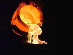 Derramando ouro líquido. A temperatura precisa estar bem alta para se conseguir ouro líquido, acima de 1064°C! (via Dan Brown no flickr)…