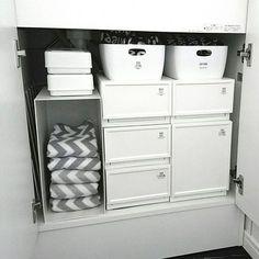 女性で、の洗面台下収納/100均/キャンドゥ/無印良品/洗面台/洗面所…などについてのインテリア実例を紹介。「洗面台下の収納のお片付け♡ 左側に配管があって奥行きがないので無印のファイルボックスは立てて入れてます:( ´ω` ): そこへ右下の深い引き出し部分に入れていた替えの手拭きタオルを移動させました♩ ワンアクションで取れるようになったし、前よりは子ども達も面倒臭がらずに替えてくれるはず(*´罒`*)」(この写真は 2016-12-16 20:15:09 に共有されました) Muji Storage, Linen Storage, Locker Storage, Washroom, Bathroom Storage, Aesthetic Rooms, New Room, Home Organization, Organizing
