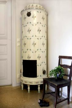 Round fully decorated 1700s copy made from Uppsala Ekeby with Mariebergs patterns. The furnace is about 211 cm tall.