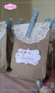 Lindo Saquinho em Papel Kraft medindo 15 altura x 10 largura para Lembrancinhas. <br>Com toalha rendenda de 9cm, prendendor decorado e tag personalizado. <br> <br>*** Quantidade m�nima: 20 unidades <br> <br>**** Frete por Conta do Cliente **** Paper Bag Decoration, Book Crafts, Diy And Crafts, Cute Gifts, Baby Gifts, Gift Wraping, Kraft Bag, Its My Bday, Baby First Birthday