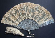 POINT DE GAZE & FILIGRANE D'ARGENT Rare éventail, la monture et la bélière en argent filigrané (poinçon non identifié), la feuille d'une composition florale au point de gaze (Bruxelles) appliqué sur tulle mécanique.Espagne (?) vers 1870