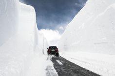 Fahrt durch eine schmale Gassse, entlang hoher Schneemauern. Das macht am meisten mit einem SUV Spaß. Mieten Sie hier: http://sixt.info/Sixtfleet_13