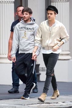 I'm a Larry fan, but even I know that this is probably photoshopped. Like how can Louis be about the same height as Harry? One Direction Pictures, One Direction Memes, I Love One Direction, Larry Stylinson, Gay Couple, Best Couple, Louis Tomilson, Larry Shippers, Harry 1d