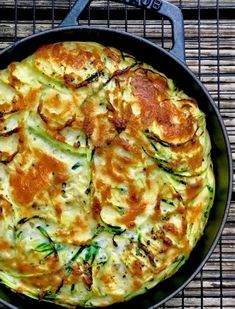 Zucchini-Parmesan-Frittata - Holla die Kochfee - Vegetarisch - Zucchini parmesan frittata: quick, easy, vegetarian and low carb. If you have to go fast in the kitchen, this frittata is perfect! Veggie Recipes, Pasta Recipes, Low Carb Recipes, Crockpot Recipes, Vegetarian Recipes, Healthy Recipes, Zucchini Parmesan, Chefs, Healthy Snacks