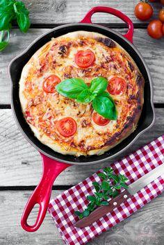 Pan Pizza mit Rucola und Parmaschinken