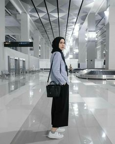 Chic Hijab Airport Outfit Ideas You Can Copy Modern Hijab Fashion, Street Hijab Fashion, Hijab Fashion Inspiration, Muslim Fashion, Modest Fashion, Teen Girl Fashion, Korean Fashion, Fashion Ideas, Casual Hijab Outfit