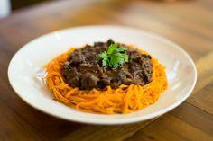 A chef Andréa Henrique mostra como a cenoura e o cogumelo formam um prato…