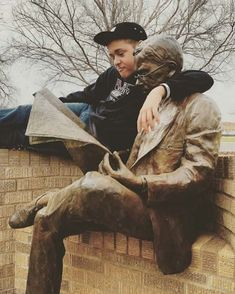 Statues art or Sculpture is often seen as much real as serious and glorious. We have collected a list of 50 such comical moments where funny people just went too far with sculptures/statues. Funny Memes Images, Funny Black Memes, Funny Animal Memes, Funny Pictures, Animal Humor, Funny Statues, Fun With Statues, Funny Instagram Memes, Illusion Photos