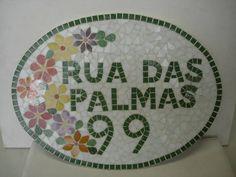 Número de mosaico com nome da rua feito todo em pastilha de vidro. R$ 151,20