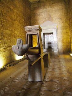 Otro espacio que se encuentra perfectamente conservado en este Templo es el Sanctasanctórum, debes pasar por dos salas hipóstilas para llegar a la verdadera morada del dios Horus Painting, Art, World, Egypt, Temple, Viajes, Space, Dios, Art Background