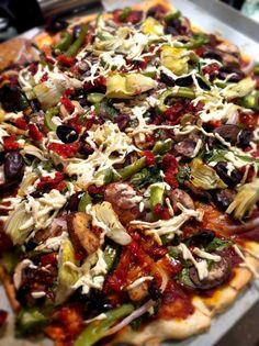 vegan pizza (idées Pulpe de tomates  Poivrons/oignons/julienne carotte-céleri-courgettes revenus quasi confis à l huile d olive Tofu fumé râpé Câpres Fausse mozzarella vbites, crème soja, Olives Origan et ail)