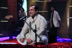 What a cutey smile, man ! Rahat Fateh Ali Khan, Nusrat Fateh Ali Khan, New Hindi Songs, Hindi Movies, Epic App, Kishore Kumar, Lata Mangeshkar, Old Song, Bollywood Songs
