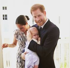 how cute as Archie cuddling at dad👶🏼👪❤️ Meghan Markle Prince Harry, Prince Harry And Megan, Harry And Meghan, Princesa Real, Princesa Diana, Diana Son, Kate And Harry, Royal Family Pictures, Harry Birthday