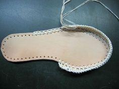 How to crochet sandals Crochet Sole, Crochet Shoes Pattern, Crochet Sandals, Shoe Pattern, Crochet Slippers, Crochet Patterns, Knit Shoes, Sock Shoes, Spanish Shoes