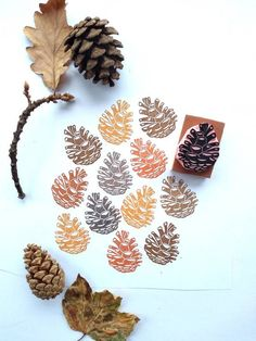 fabric stamping A pinecone rubber stamp for lots of fall and autumn decor or nature inspired ideas This stamp would be great for printing onto stationery, bags, clothing, tea towels, g Stamp Printing, Printing On Fabric, Fabric Stamping, Rubber Stamping, Clay Stamps, Stamp Carving, Winter Wedding Decorations, Handmade Stamps, Custom Stamps