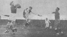 Lapusneamu, arquero rumano, frente al delantero peruano Flores, durante el encuentro entre ambas selecciones en la Copa Mundial de fútbol de 1930