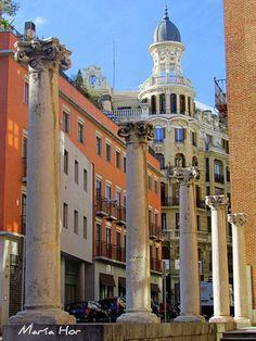 Las columnas que hay delante de la fachada de la Casa de las Siete Chimeneas en la calle Infantas  Madrid