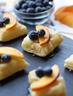 Nectarine and Blueberry Brie Bites - a yummy and delicious Spring and Summer appetizer, snack and finger food! Flaky puff pastry topped with brie cheese, nectarine, blueberries and drizzled with honey. So elegant and fun! Yummy Appetizers, Appetizer Recipes, Dessert Recipes, Tapas Recipes, Party Appetizers, Pastry Recipes, Cream Cheese Wontons, Thai Sweet Chili Sauce, Brie Bites