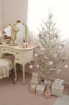 Awesome 38 Vintage Christmas Decoration Ideas to Makes Your Home Stands Out. More at https://trendecor.co/2017/12/08/38-vintage-christmas-decoration-ideas-makes-home-stands/