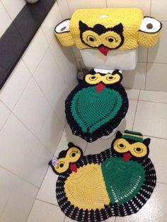 Jogo de banheiro em Crochê confeccionado em barbante.  Contém 03 peças:  - 01 Tampa do vaso  - 01 Capa para Caixa Acoplada com porta papel higiênico  - 01 Tapete duplo  **Produto durável - pode lavar na máquina***  100% Artesanal.    OBS. Cores a escolher. Owl Crochet Patterns, Crochet Owls, Cute Crochet, Crochet Flowers, Owl Bathroom Set, Yarn Crafts, Diy And Crafts, Owl Rug, Crochet Video