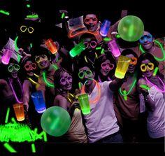 Opción de decoración con accesorios fluo para tu fiesta de 15 años http://www.elsurdelcielo.com