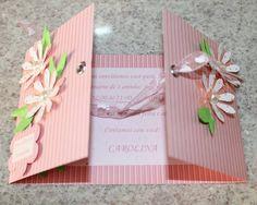 Convite com abertura dupla. Detalhes em ilh�s, fita de organza e madrip�rolas. Acompanha Tag em formato de flor com nome dos convidados.