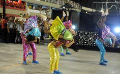 Integrantes da comissão de frente dançam rock durante o desfile da Mocidade