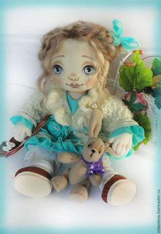 Купить или заказать Кукла Юленька.Текстильная малышка. в интернет-магазине на Ярмарке Мастеров. Кукла Юля.Мне кажется,что она добрая и скромная. Вся одежда снимается.Ручки и ножки на проволочном каркасе-гнутся. Волосики тресс мохеровый-козочка ,очень нежные, шелковистые.Одежда вся съёмная : платье ,панталончики, туфельки и сумочка так же сделанные мной Рост 38см.