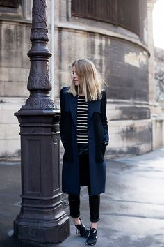 Go for a pared down but refined option in a navy coat and black leather skinny pants. For something more on the daring side to finish your look, introduce black and white athletic shoes to this outfit. Fashion Mode, Look Fashion, Street Fashion, Fashion Dresses, Women's Fashion, Mode Style, Style Me, Winter Outfits, Street Style
