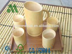 De bambu caneca de cerveja e copos