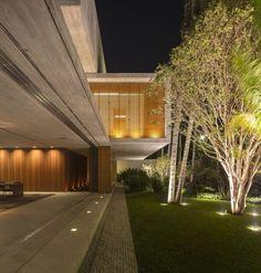betonhaus flachdach-bauvolumina rotiert-garten beleuchtung