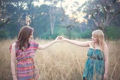 And with your hands. | 37 Impossibly Fun Best Friend Photography Ideas