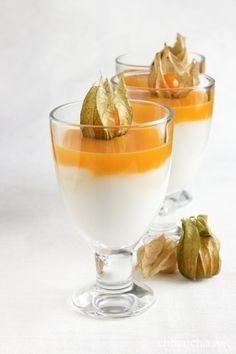 MANGO-KOOKOSPANNACOTTA  4 annosta  4 dl kookosmaitoa 1 dl vettä 2,5 rkl perunajauhoja 2 rkl sokeria 0,5 sitruunan raastettu kuori 2 rkl sitruunan mehua 2 tl vaniljasokeria  Mangokiille: 2 dl mangomehua 0,5 dl hyytelösokeria ananaskirsikoita koristeluun