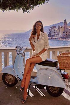 Vespa Girl, Scooter Girl, Beautiful Girl Image, Beautiful Legs, Mode Outfits, Sexy Outfits, Scooters Vespa, Piaggio Vespa, Vespa Vintage