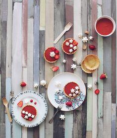 Tartelettes rhubarbe, fraises et meringues craquantes