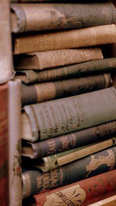 backgrounds Vintage Wallpaper, Book Wallpaper, Iphone Wallpaper, Brown Aesthetic, Aesthetic Vintage, Aesthetic Backgrounds, Aesthetic Wallpapers, Harry Potter Aesthetic, Vintage Books