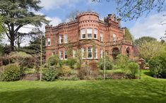 Na Inglaterra, este castelo está à venda por £ 2,2 milhões (algo em torno de R$ 9 milhões). Possui sete quartos, cinco banheiros e quatro salas de estar