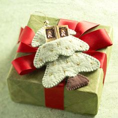 Tuck money or a gift card into this Christmas tree-shape gift-card holder you make from felt.