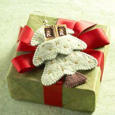 Make a Christmas Tree-Shape Gift-Card Holder from Felt
