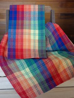 Plaid handwoven towels for inspiration Tablet Weaving, Loom Weaving, Hand Weaving, Weaving Textiles, Weaving Patterns, Knitting Patterns, Loom Board, Types Of Weaving, Willow Weaving