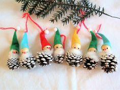 Antique Christmas Decorations, Christmas Crafts, Christmas Ornaments, Holiday Decor, Pine Cone Crafts, Second Hand, Pine Cones, Dyi, Retro