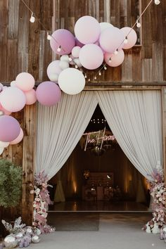 Balloon installation at Madi and Jordan's wedding Photo: @jennarouth Hydrangea Arrangements, Hydrangea Colors, Flower Centerpieces, Hydrangeas, Balloon Installation, Balloon Backdrop, Ball Decorations, Reception Decorations, Reception Ideas