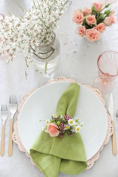 With stunning florals and gorgeous table decoration, these tablescapes will make you want to have Easter brunch everyday! Easter Table Settings, Easter Table Decorations, Easter Decor, Easter Centerpiece, Centerpiece Ideas, Easter Ideas, Christmas Decorations, Mothers Day Decor, Mothers Day Brunch