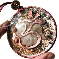 OM y ESPIRAL en Orgonita con Fucsia híbrida natural  http://www.orgonita.net/tienda/colgante-de-orgonite-5220.html