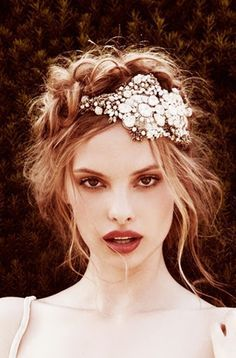 This hair piece is pretty, but a little too big. I definitely wanna rock a hair accessory since my hair is short. Messy Hairstyles, Pretty Hairstyles, Wedding Hairstyles, Bohemian Hairstyles, Vintage Hairstyles, Boho Updo, Perfect Hairstyle, Quinceanera Hairstyles, 1920s Hair