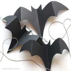 halloween craft paper bats Here is an easy and cute Halloween craft that you want to make with your kids and family. It is a fun Halloween decor that will make your porch adorable. Retro Halloween, Halloween Tisch, Halloween Tags, Theme Halloween, Holidays Halloween, Halloween Horror, Halloween Makeup, Halloween Bat Decorations, Halloween Art Projects