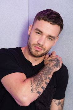 Image discovered by tay. Find images and videos about black and white, liam payne and radio on We Heart It - the app to get lost in what you love. Niall Horan, Zayn Malik, Liam James, Grupo One Direction, Mozzerella, Kiss Fm, One Direction Pictures, Michael Clifford, Larry Stylinson