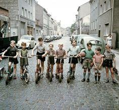 Die Roller-Kinder, Bonn - Foto: Josef Heinrich Darchinger, 1955